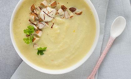 Blumenkohlsuppe mit Safran und gehackten Mandeln
